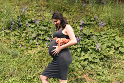 Thumb megan maternity backyard 2